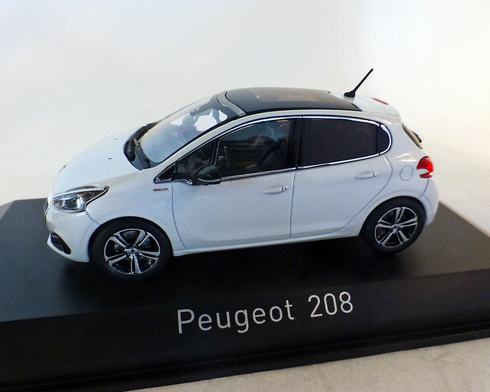 "Peugeot 208 ""GT-Line"" weiss-perl, 2015"